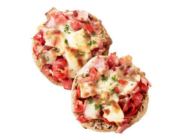 Фото Порционная пицца на английских маффинах к завтраку