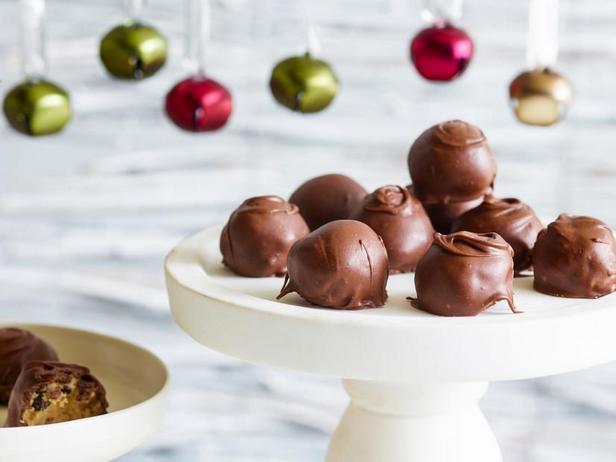 Фото Шарики из теста для печенья с кусочками шоколада