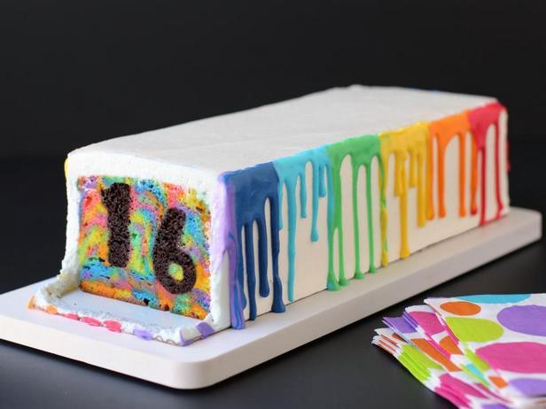 Фото Радужный торт в стиле тай-дай с секретом