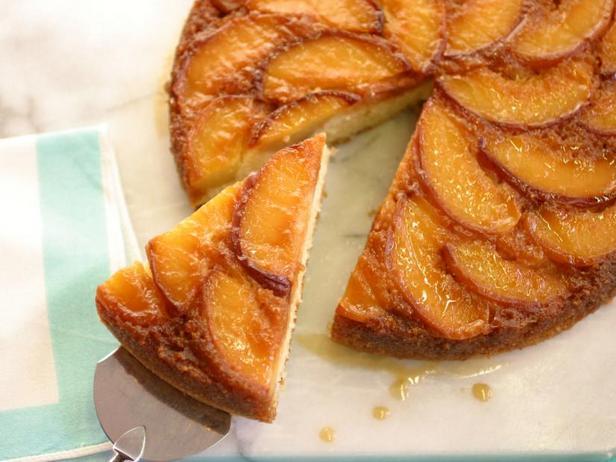 Фото Пирог перевертыш с карамельными персиками