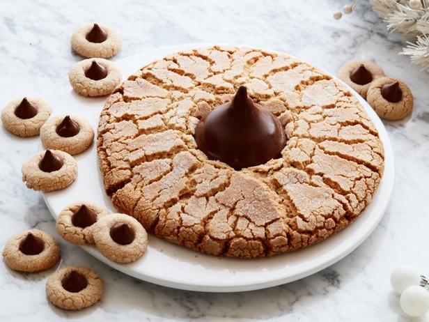 Фото Гигантское арахисовое печенье с шоколадным центром