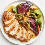 Курица и брюссельская капуста с соусом на основе яблочного сока