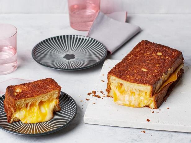 Фото Гигантский горячий сэндвич с сыром для большой компании