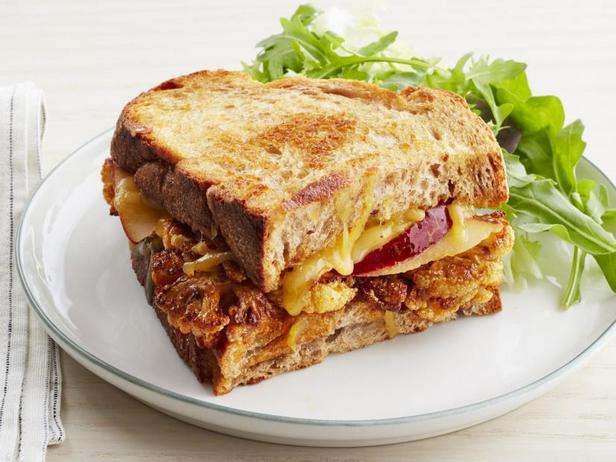 Фото Горячий сэндвич с сыром и цветной капустой