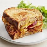 Горячий сэндвич с сыром и цветной капустой