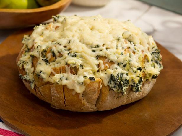 Фото Сырный хлеб с дипом из артишоков и шпината
