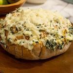 Сырный хлеб с дипом из артишоков и шпината