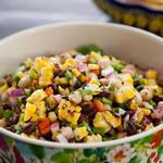 Салат из жареной на гриле кукурузы и фасоли
