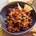 Сальса из жареной кукурузы и фасоли с кукурузными чипсами из духовки
