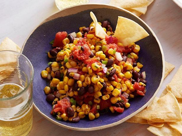 Фото Сальса из жареной кукурузы и фасоли с кукурузными чипсами из духовки