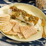 Полено козьего сыра с инжиром и тыквенными семечками