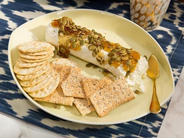 Фото Полено козьего сыра с инжиром и тыквенными семечками