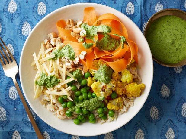 Фото Коричневый рис с запеченной цветной капустой и зеленым чатни