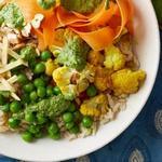 Боул с коричневым рисом, запеченной цветной капустой и зеленым чатни