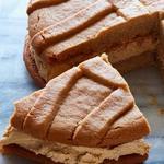Гигантское печенье-сендвич с арахисовой пастой