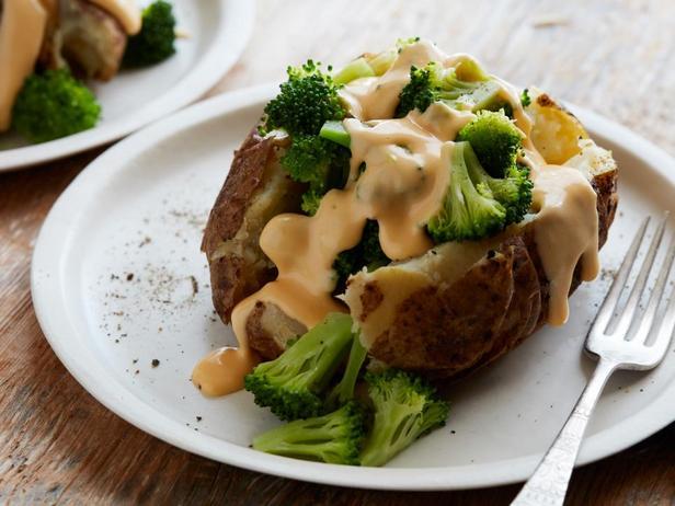 Фотография блюда - Печёный картофель с брокколи и чеддером в мультиварке