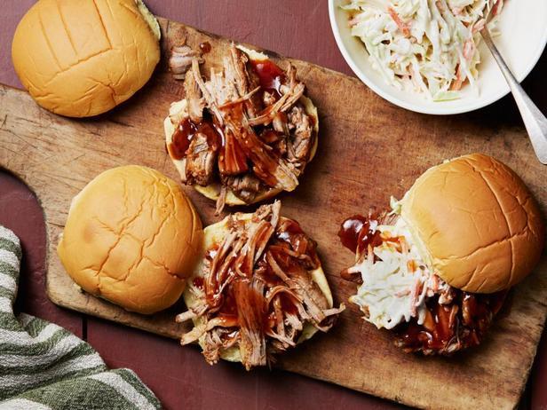 Фотография блюда - Сэндвичи с рваной свининой барбекю, приготовленной в мультиварке