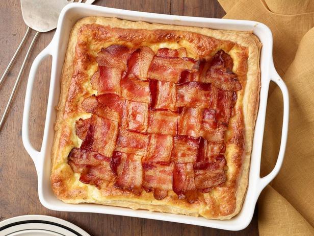 Фотография блюда - Пирог с омлетом и решёткой из бекона к завтраку