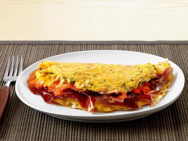 Фотография блюда - Испанский омлет с соусом ромеско