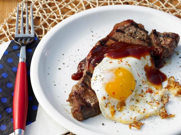 Фотография блюда - Стейк и яйца на гриле с соусом из пива и патоки