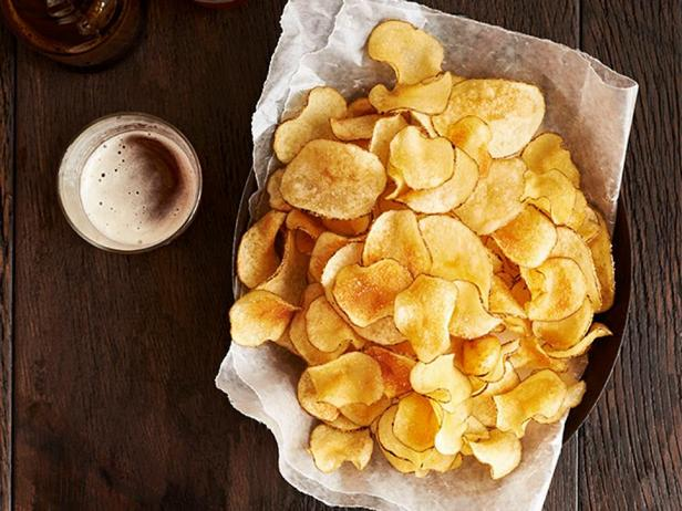 Фотография блюда - Картофельные чипсы с розмарином и оливковым маслом