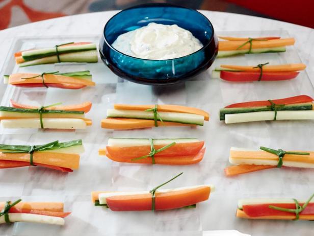 Фотография блюда - Пучки овощей с дипом из тархуна и лимона