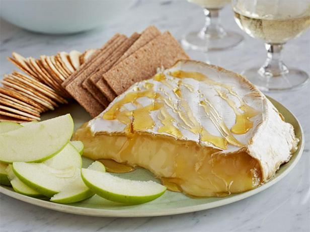 Фотография блюда - Сыр бри, запеченный в духовке