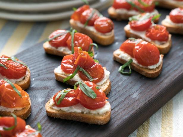 Фотография блюда - Кростини с печёными помидорами, рикоттой и базиликом