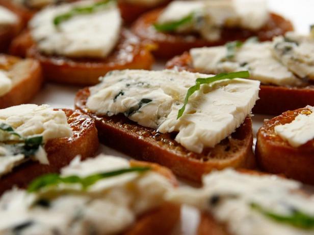 Фотография блюда - Брускетта с инжиром и голубым сыром