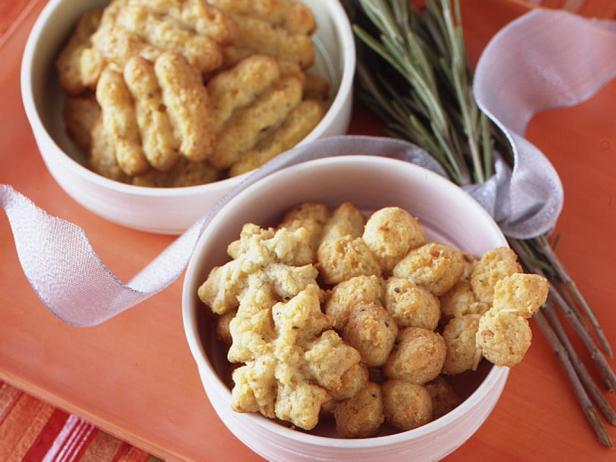 Фотография блюда - Сырное печенье с розмарином из шприц-пресса