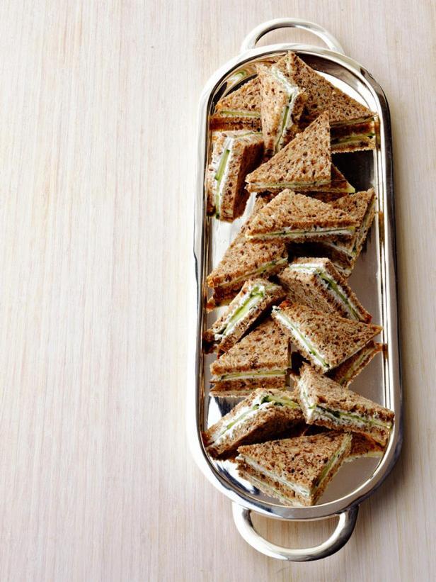 Фотография блюда - Клаб сэндвичи (клубные сэндвичи) с козьим сыром и травами