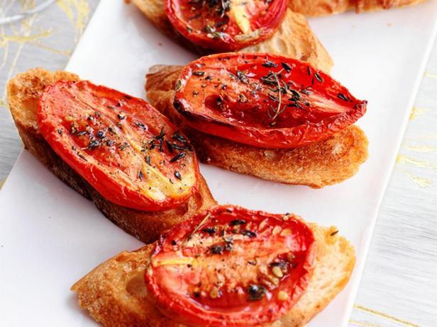 Фотография блюда - Кростини с вялеными помидорами и тимьяном