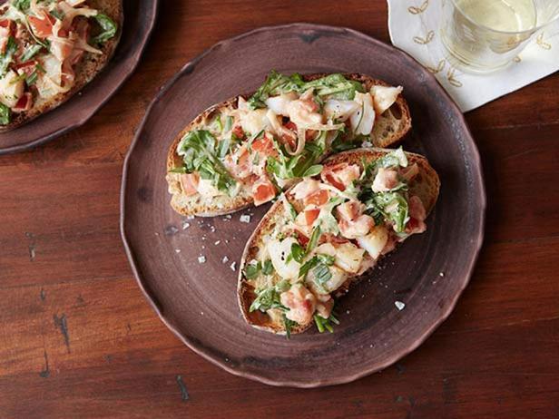 Фотография блюда - Брускетты с креветками, эстрагоном и рукколой