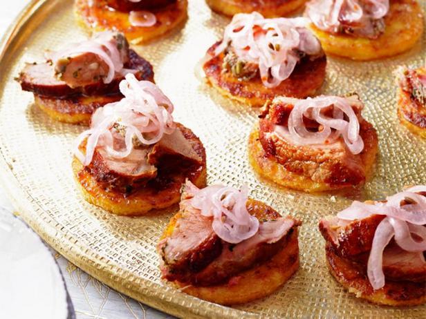 Фотография блюда - Канапе из поленты с порчеттой (рулет из свинины)