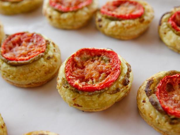 Фотография блюда - Тарталетки из слоёного теста с помидорами