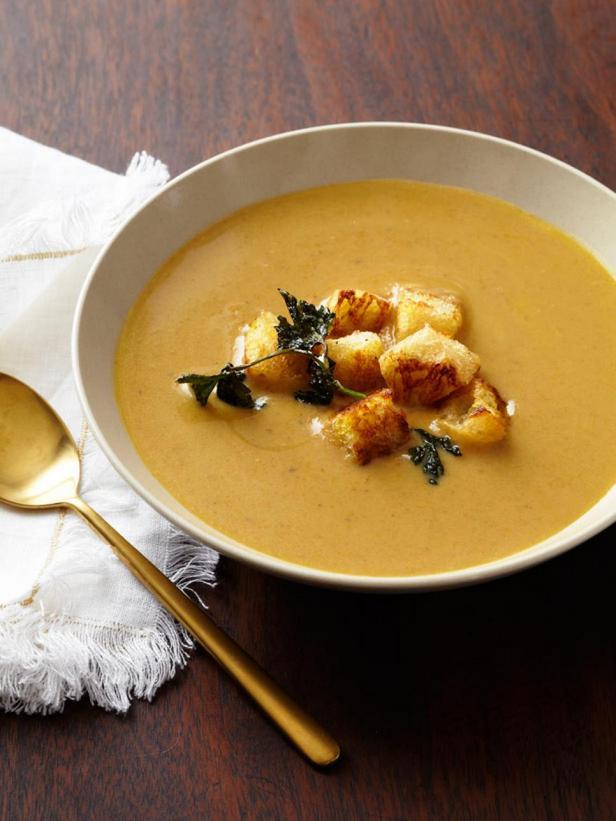 Фотография блюда - Суп-пюре из каштанов с жареной петрушкой