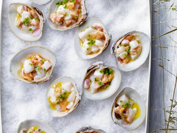 Фотография блюда - Крудо из морских гребешков и моллюсков в раковинах