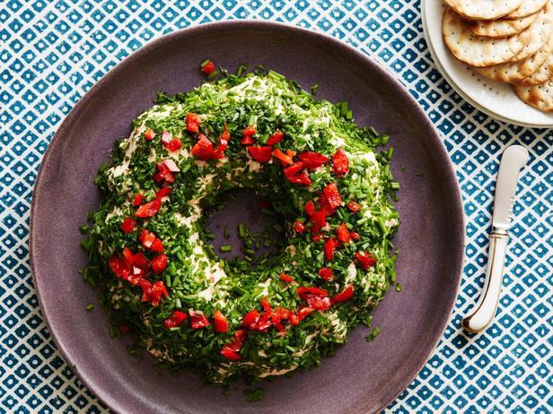 Фотография блюда - Праздничный чизбол «Сырный венок»