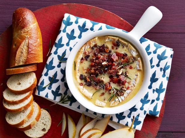Фотография блюда - Печёный сыр бри с клюквой, пеканом и беконом