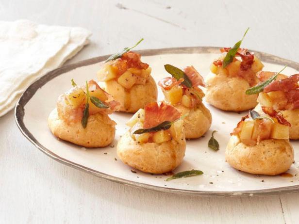 Фотография блюда - Гужеры из сыра чеддер с яблочным пюре, ветчиной и шалфеем