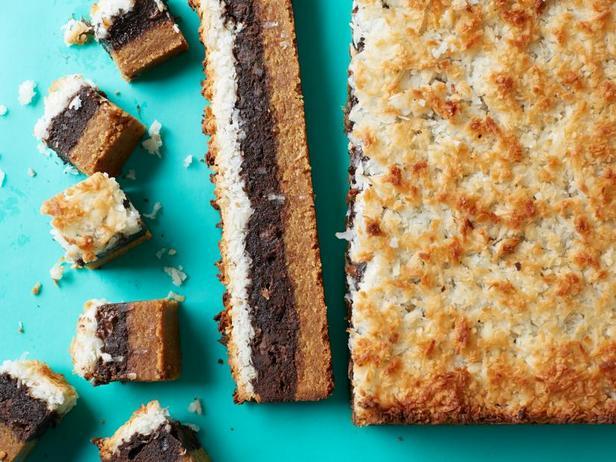 Фото Слоёное пирожное из арахисового печенья, брауни и макарун