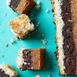 Слоёное пирожное из арахисового печенья, брауни и макарун