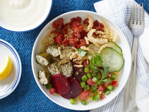Фото Боул из пшена с долмой и соусом с хумусом