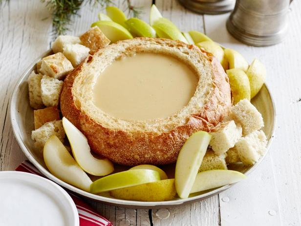 Фотография блюда - Сырно-пивное фондю в хлебной чаше