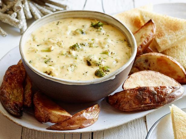 Фотография блюда - Сырный дип с печёной брокколи и чеддером