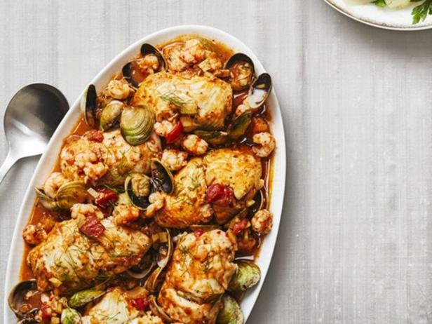 Фото Рулетики из камбалы с крабовой начинкой в соусе с креветками и моллюсками