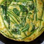 Фритата с ранней салатной зеленью и спаржей
