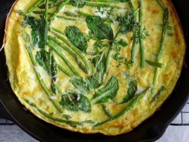 Фото Фритата с ранней салатной зеленью и спаржей