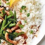 Свинина, тушёная в рыбном соусе и гарнир из стручковой фасоли стир-фрай