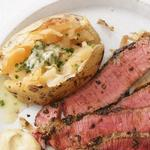 Стейк сирлойн под корочкой из прованских трав и гарнир из печёного картофеля